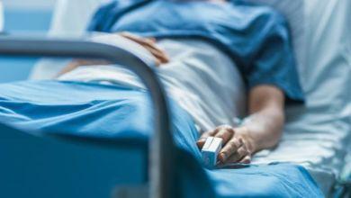 إلى وجود اعتقاد بأن البقاء في العناية الفائقة لمدة طويلة إلى جانب التنفس الاصطناعي يفاقمان الخطر الذي يتعرض له المريض.