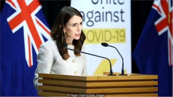 نجحت نيوزيلندا في احتواء تفشي فيروس كورونا المستجد في المجتمع، عبر طريقة تعاملها الرائدة عالميا مع أزمة التفشي الوبائي
