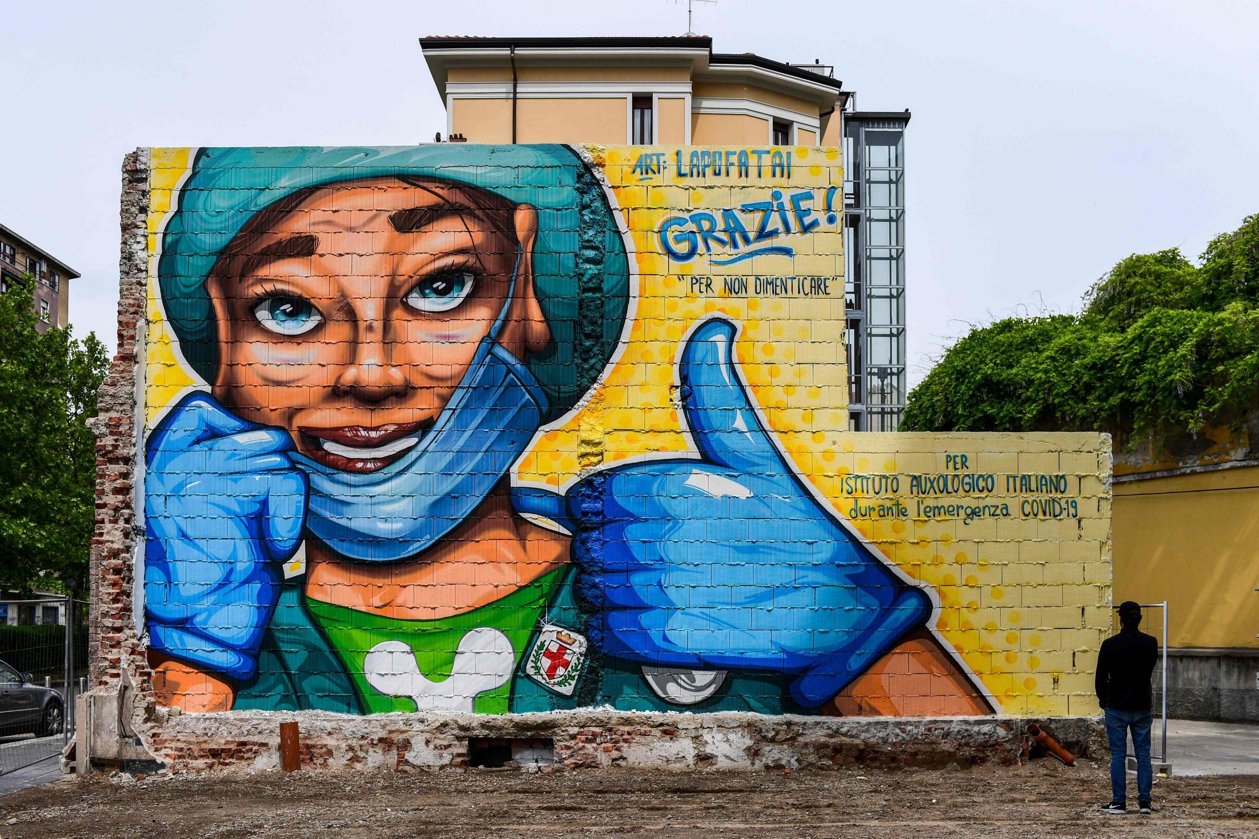جدارية عملاقة في ميلانو تكريما للطواقم الطبية - ا ف ب