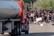 احتشد متظاهرون لليوم السادس على التوالي في العديد من المدن الأمريكية، غضبا لوفاة جورج فلويد، وهو أمريكي ينحدر من أصول أفريقية، لدى محاولة اعتقاله من جانب الشرطة.