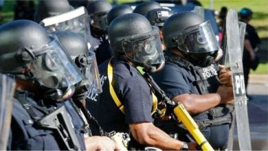 Photo of الادعاء الأمريكي يواصل توجيه الاتهامات الجنائية للشرطة بالاعتداء على المتظاهرين
