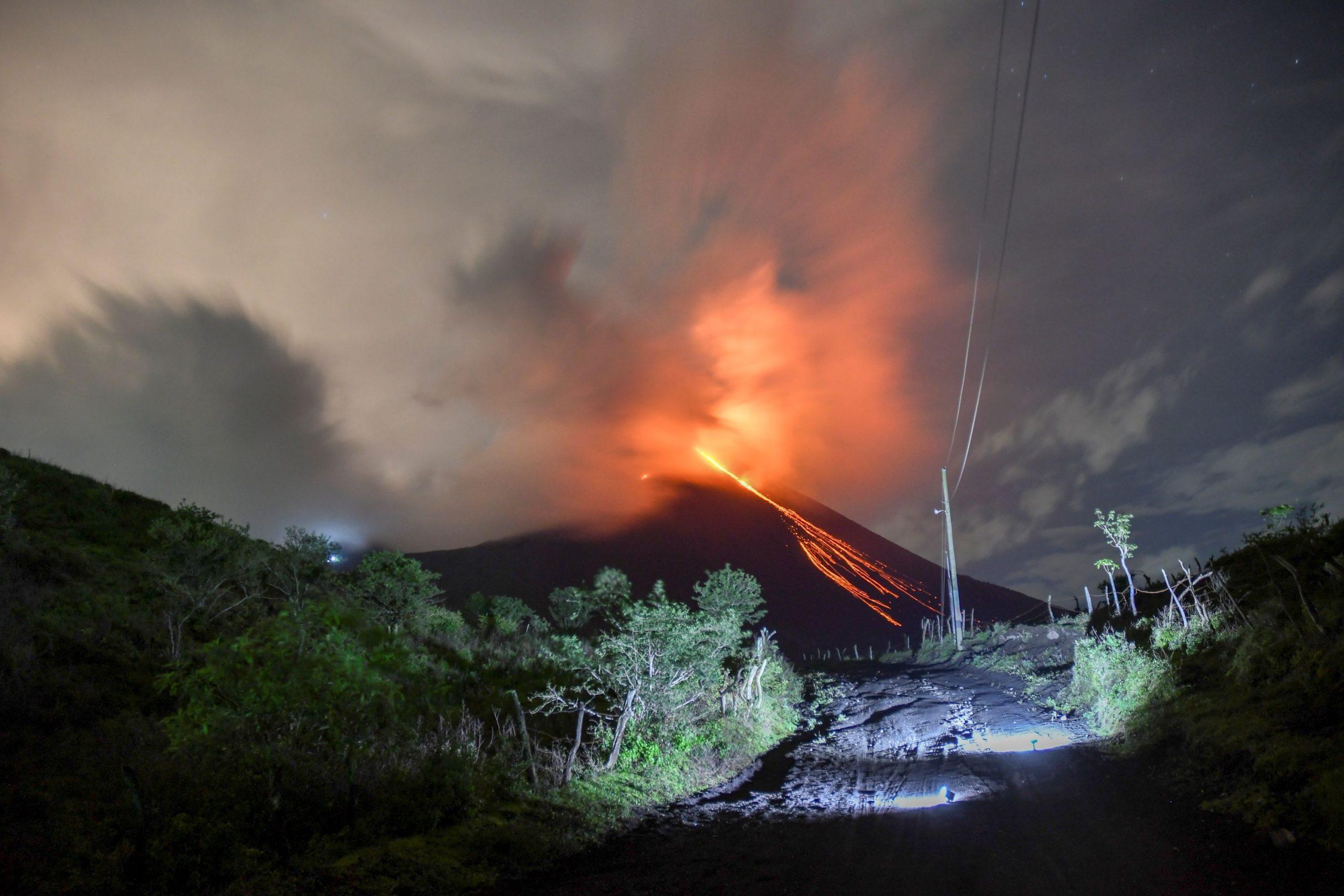 من ثوران بركان ميرابي اليوم - ا ف ب