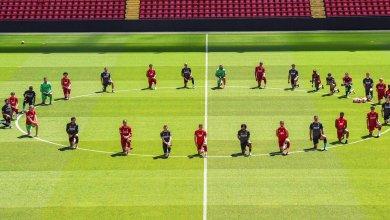 "Photo of لاعبو ليفربول يجثون على ركبتيهم ويبعثون برسالة ""الاتحاد قوة"""