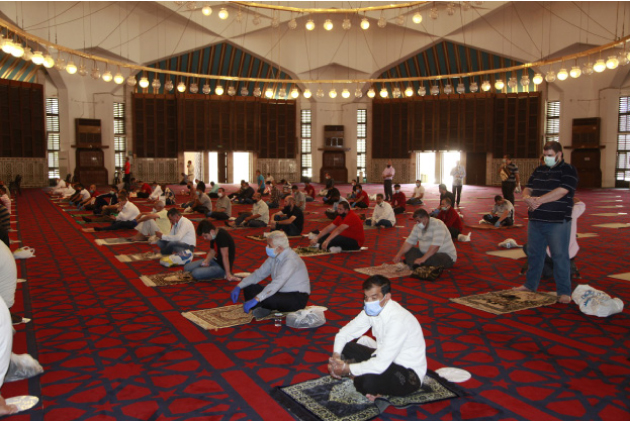 مصلون يؤدون صلاة الجمعة في أحد المساجد العمانية وفق إجراءات السلامة العامة قبل أشهر