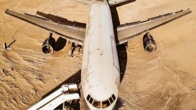 Photo of ليست محض سراب..ما حقيقة هذه الطائرة المهجورة وسط صحراء أبوظبي؟