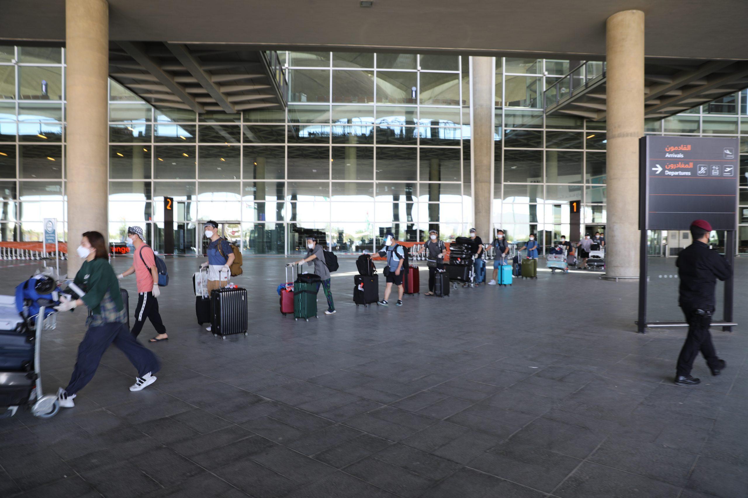 طاقم فريق الفيلم الكوروي لدى وصوله مطار الملكة علياء الدولي
