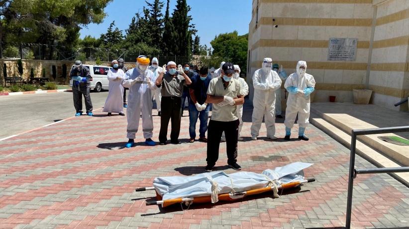 صلاة جنازة على جثمان أحد وفيات كورونا