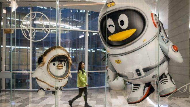 تستخدم تنسينت البطريق كرمز لمنصة الرسائل الشهيرة QQ، والتي تم إطلاقها قبل خمس سنوات من فيسبوك، في عام 1999