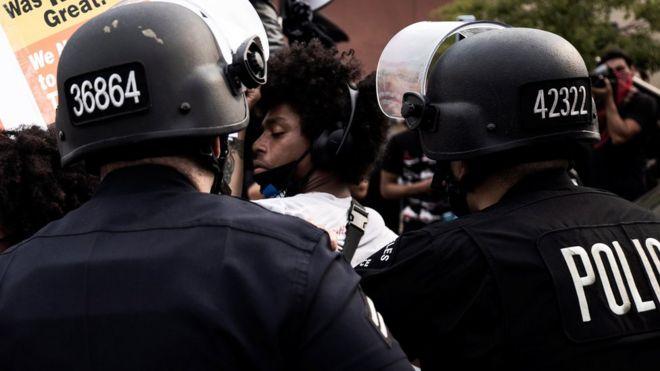 Photo of مظاهرات عنيفة في ولاية ويسكنسون الأمريكية بعد إطلاق الشرطة النار على رجل أسود