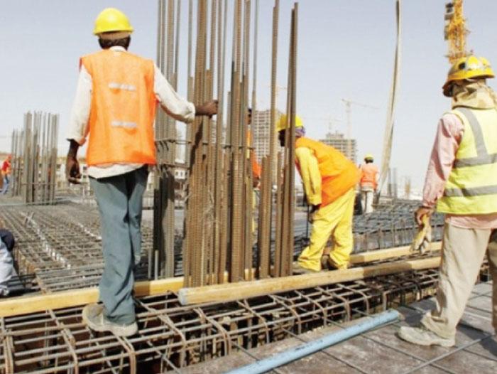 عمال يشتغلون في أحد قطاع الإنشاءات بعمان - (أرشيفية)