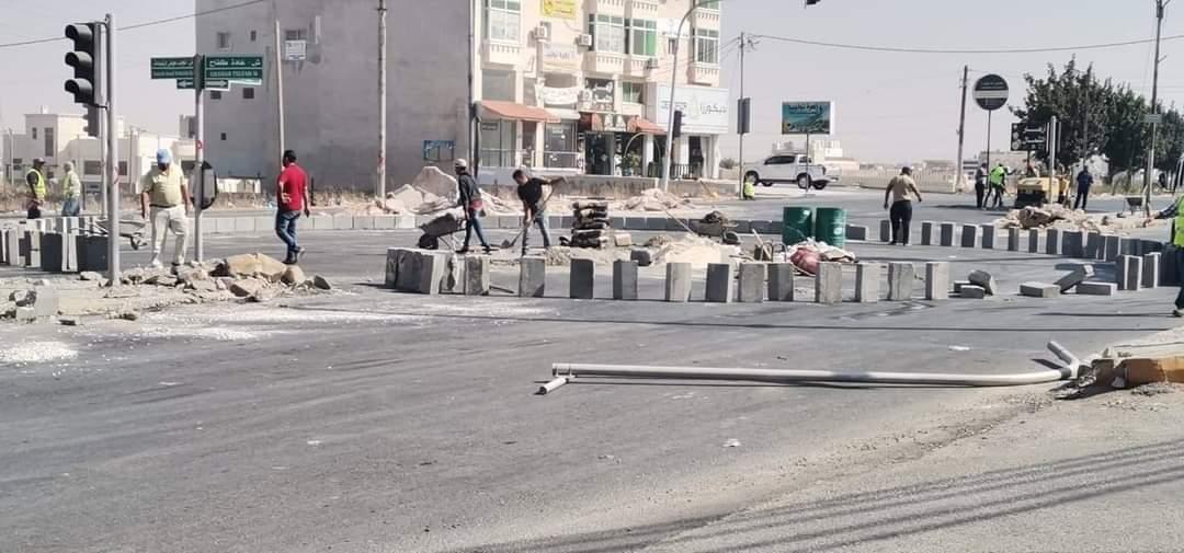 عمال يشتغلون في إنشاء دوار جديد في اربد، خلال يومي الحظر - الغد