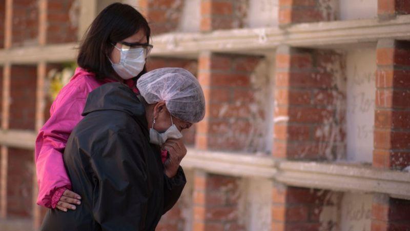 يعتقد العلماء الذين يتفقون مع مفهوم الوباء المركب أن الأوبئة مثل كوفيد 19 لا يمكن معالجتها بالوسائل الطبية فقط