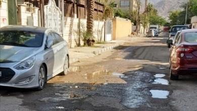"Photo of العقبة: حفر تصيد المركبات بشارع ""الوسط"""