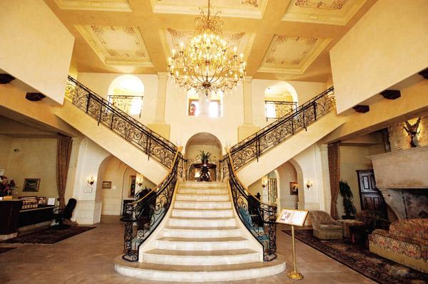الدرج أشكال متجددة وألوان متعددة تتوافق مع مساحة المنزل Alghad