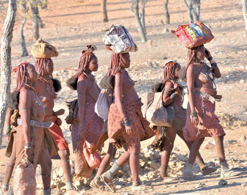 בנות ההימבה נושאות סלים על ראשן