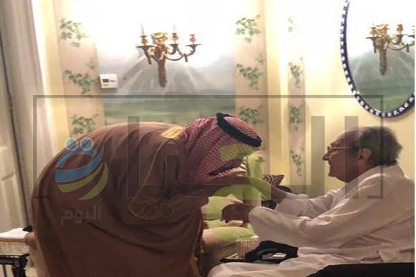 الملك سلمان يقبل يد لامير طلال