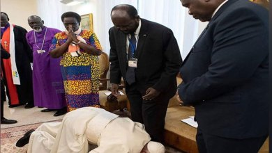بابا الفاتيكان يقبل قدم زعماء جنوب السودان