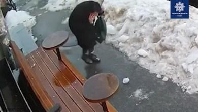 امرأة تسير في الشارع فسقط عليها هذا الشئ من السماء - فيديو - صحيفة هتون الدولية