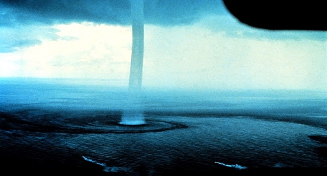 شاهد: إعصار مائي يلامس السحاب - صحيفة هتون الدولية