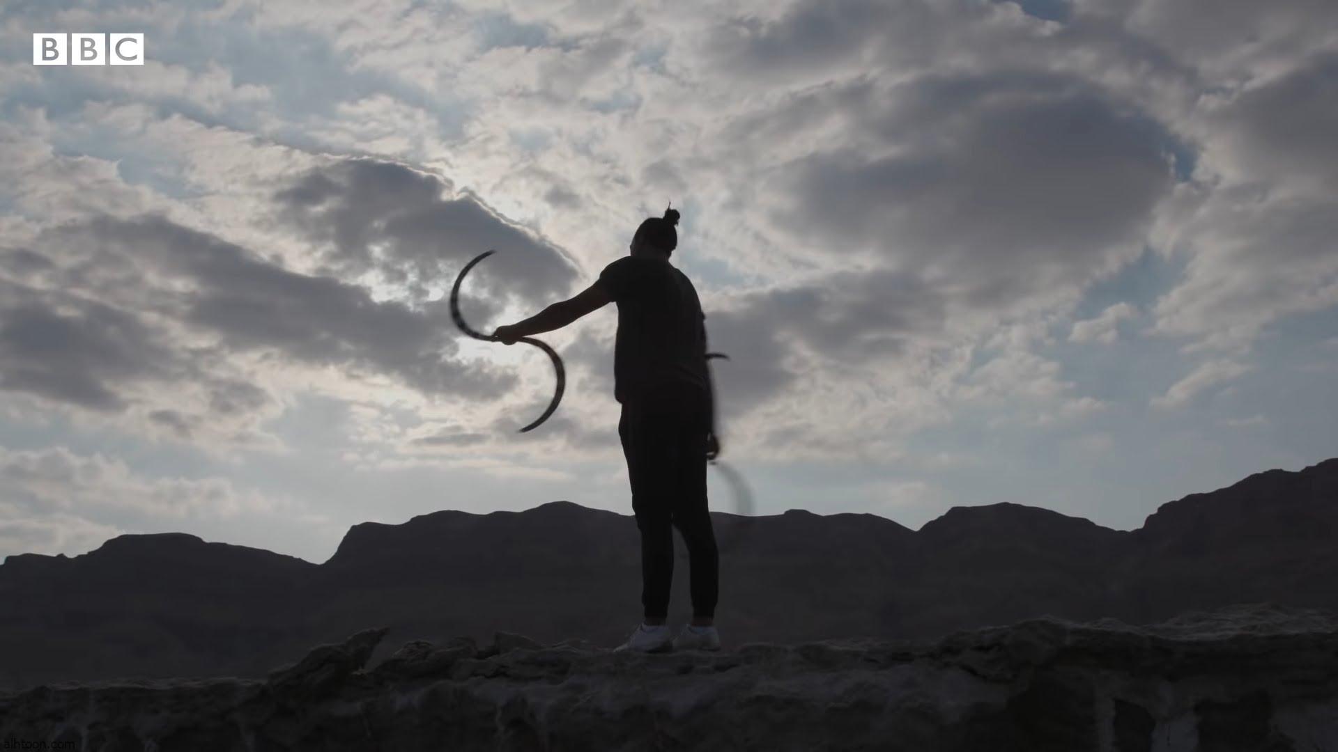 شاهد: لاعب سيرك فلسطيني يبدع في الاستعراض بالنار - صحيفة هتون الدولية