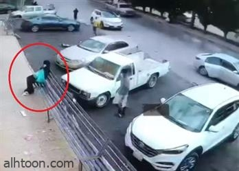 شاهد: شاب يسرق جوال من امرأة بالرياض - صحيفة هتون الدولية