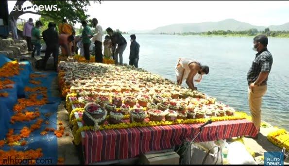فيديو: القاء رماد 1200 جثة بالهند - صحيفة هتون الدولية