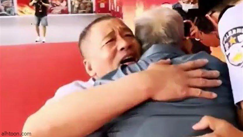 شاهد: صيني يلتقي بوالده بعد اختطافة لـ 58 عاما - صحيفة هتون الدولية