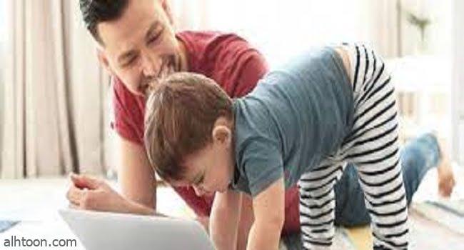 طفل صغير يسأل والده