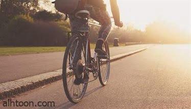 شاهد: شاب يقف على عمود بدراجته - صحيفة هتون الدولية
