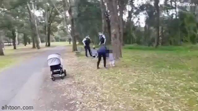 شاهد: الشرطة الأسترالية تقيد رجل وابنته تجلس على قدميه
