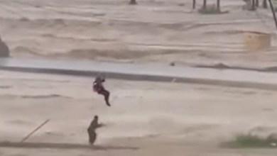 لحظة إنقاذ طيران عمان لشخص احتجزته السيول - صحيفة هتون الدولية