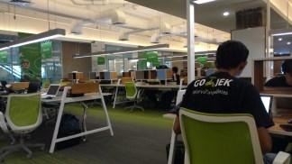 Suasana Go-Hackathon saat peserta sedang istirahat makan siang