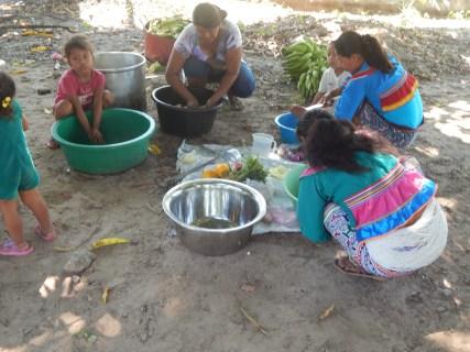 madres preparando el almuerzo