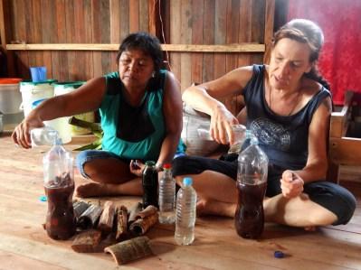 Nina y Carolina haciendo medicina