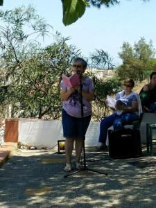 Recitando poesía en homenaje a Francisca Aguirre