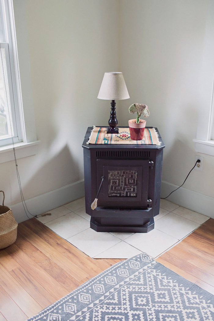 Corner pellet stove decorated with plant and lamp