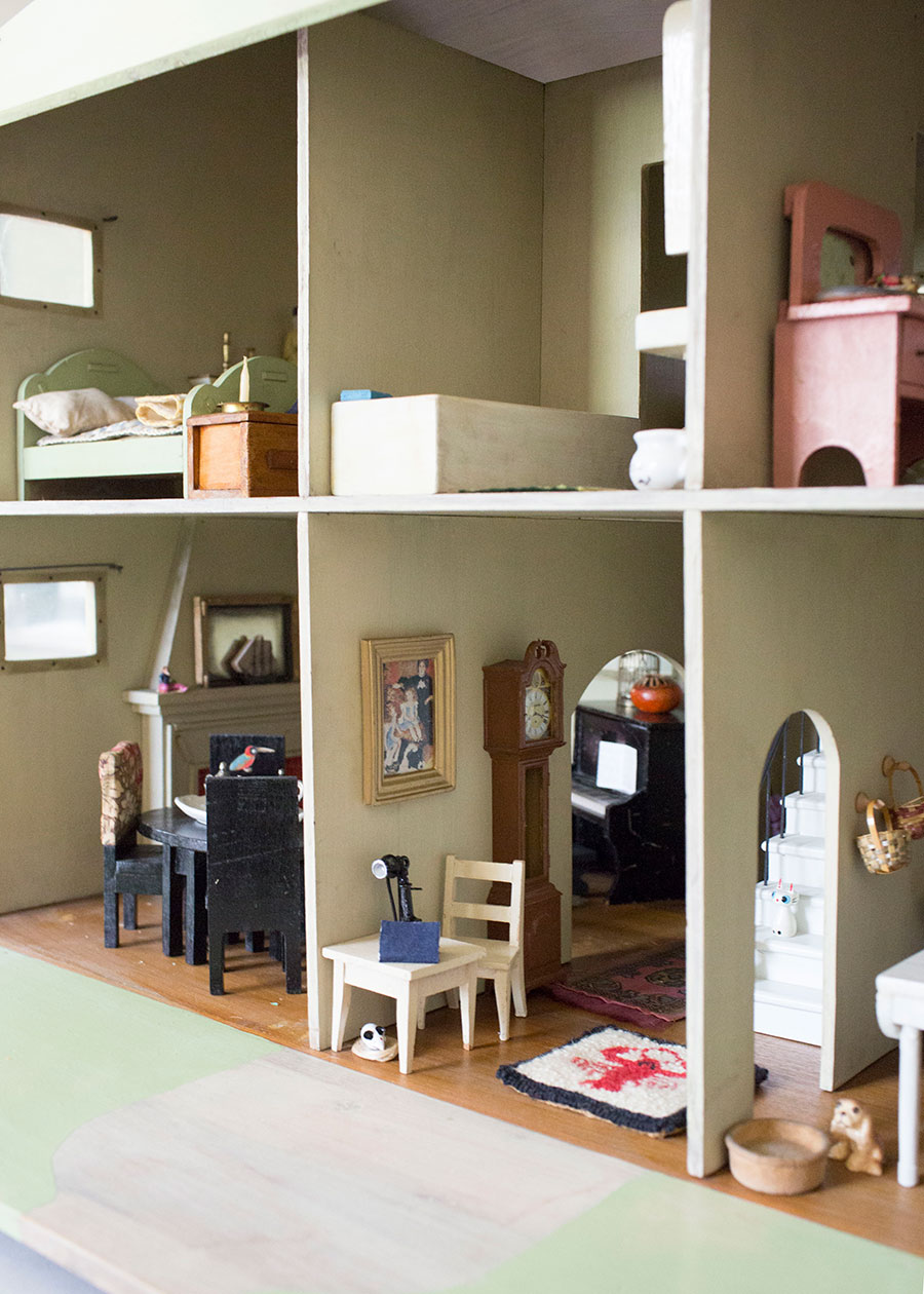 Interior-View-of-Vintage-Dollhouse