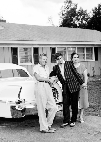 Elvis-Vernon-and-Gladys-Presley-in-front-of-their-home-in-Audubon-Drive-1956-elvis-presley-32680650-500-700