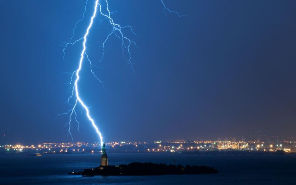 Lightning-Hitting-the-Statue-of-Liberty1