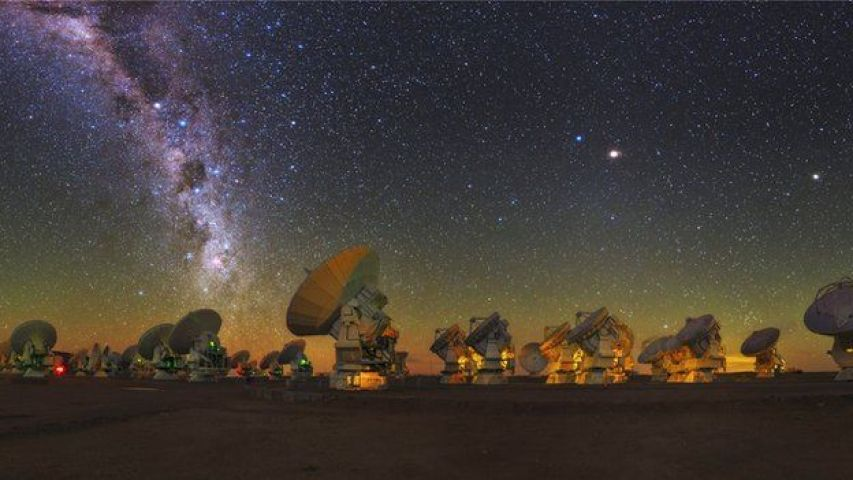 _78801538_c0226136-sky_above_alma_radio_telescope,_chile-spl
