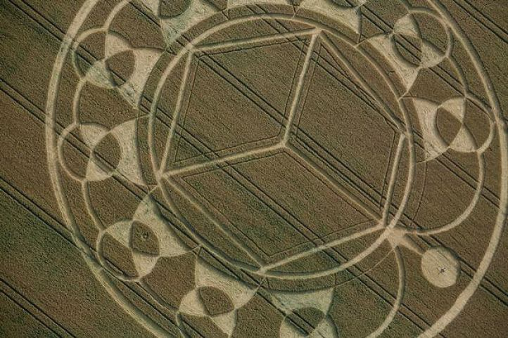 A complex crop circle formation at Monument Hill, Wiltshire