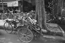 Becak dan sepeda.
