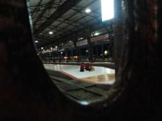 Sepasang pemudik menunggu kedatangan kereta api ekonomi AC Gajahwong di stasiun Purwokerto, Rabu (22/8). Keterlambatan hingga tiga jam mengakibatkan sebagian besar penumpang memenuhi ruang tunggu dan peron.