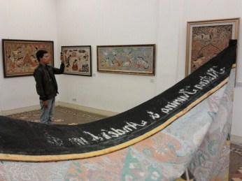 Seorang pengunjung mengabadikan wayang beber yang dipamerkan di Balai Soedjatmoko, Solo Minggu (31/3) dengan kamera ponsel.