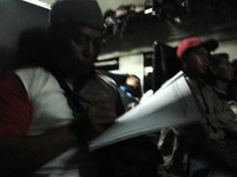 Penumpang KA Bengawan memberikan tanda tangan dukungan menolak kebijakan penghapusan KA kelas ekonomi jarak jauh oleh PT KAI dalam perjalanan dari stasiun Pasar Senen, Kamis (28/3) malam.