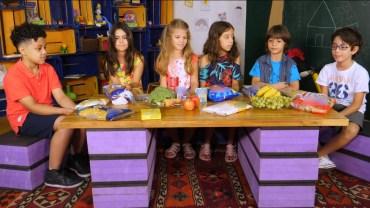 Em vídeo, crianças e adultos testam modelo de rotulagem em formato de triângulos