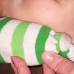 Cómo calentar un calcetín con la sal del Himalaya y lavanda para tratar el dolor de oído y la infección