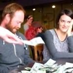 Grababan un video para recolectar fondos, entonces decenas de extraños dejan billetes en la mesa..