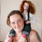 Todos creen que es una muñeca, pero realmente es la niña más pequeña del mundo..