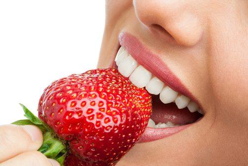 mujer mordiendo fresa
